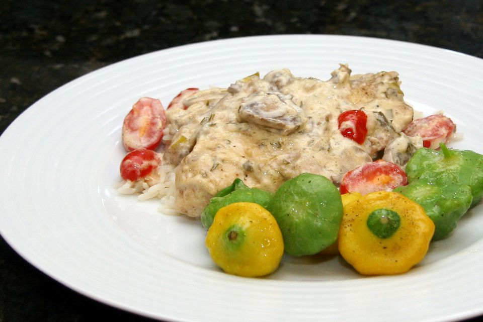 A plate of chicken garlic cream